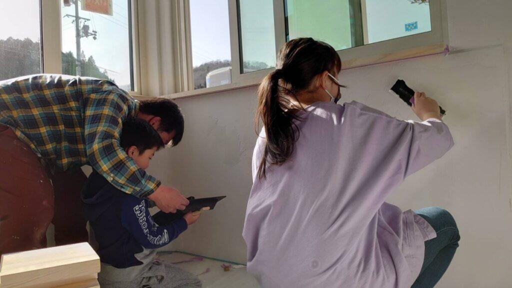 塗装を手伝う子供達